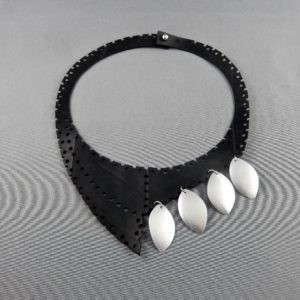 plastron necklace collier